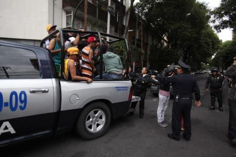 Minors apprehended on Sunday, July 16, in Mexico City are transported to police facilities following the violence that arose after large crowds were turned away from entering a raeggae-ton concert. Photo: Excélsior, Cuartoscuro