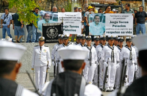 Colleagues, friends, and families protest in honor of journalist Jorge Torres Palacios during a military ceremony in a park in Acapulco, Guerrero on June 1. Photo: Javier Verdín, La Jornada.